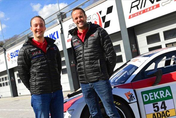 Routinier Norbert Siedler (r.) ist bei Yaco Racing Mentor für Nachwuchspilot Simon Reicher - Foto: ADAC Motorsport