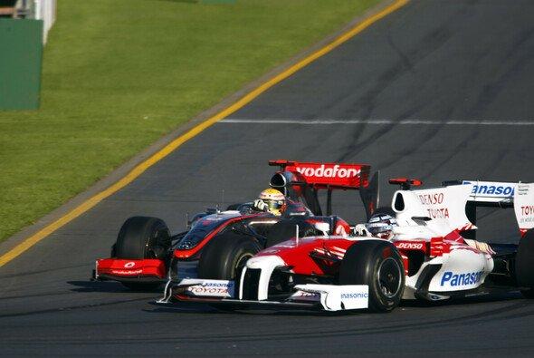 Jarno Trulli und Lewis Hamilton kämpften in der Schlussphase des Australien GP 2009 um den dritten Platz - Foto: LAT Images