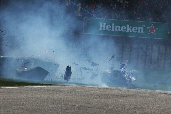 Viel übrig von seinem Sauber blieb nach dem ersten Crash Giovinazzis nicht - Foto: LAT Images