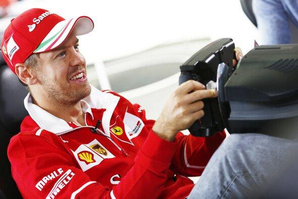 Sebastian Vettel zählt nicht unbedingt zu den Freunden des Simracings: Nun packt er aber selbst an - Foto: LAT Images