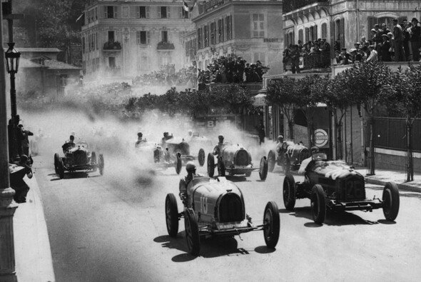 Start in den Monaco-GP 1933, ganz links vorne Varzis Bugatti - Foto: LAT Images