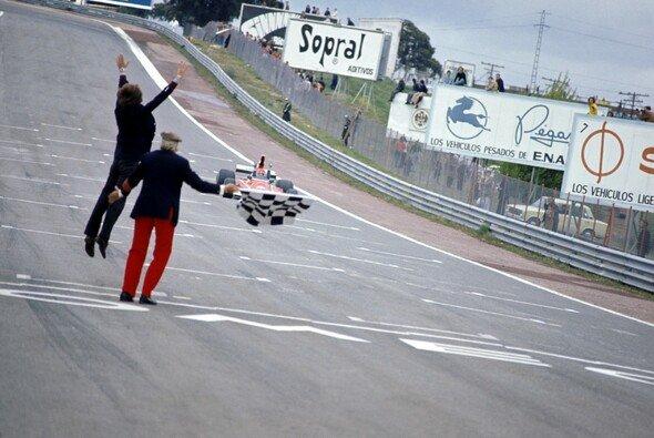 Luca di Montezemolo freut sich in Jarama an der Ziellinie über Niki Laudas ersten Sieg - Foto: LAT Images