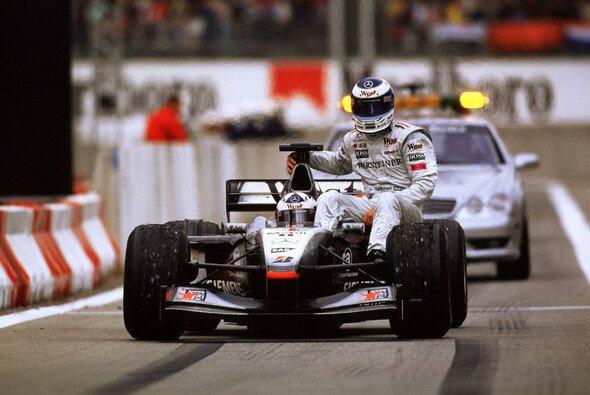 Mika Häkkinen kam nach seinem bitteren Ausfall beim Formel-1-Rennen in Barcelona 2001 als Beifahrer zurück an die Box - Foto: LAT Images