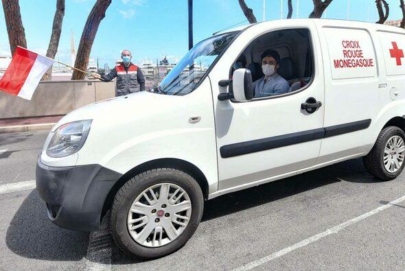 Unterstützung im Kampf gegen Corona: Charles Leclerc liefert für das Rote Kreuz Lebensmittel aus - Foto: Formula 1