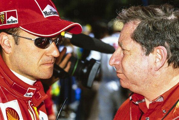 Ferrari-Teamchef Jean Todt spricht nach dem Funkspruch von Österreich mit Rubens Barrichello - Foto: LAT Images