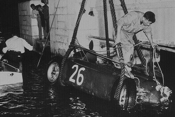 Das Wrack von Alberto Ascaris Lancia nachdem er aus dem Wasser gefischt wurde - Foto: LAT Images