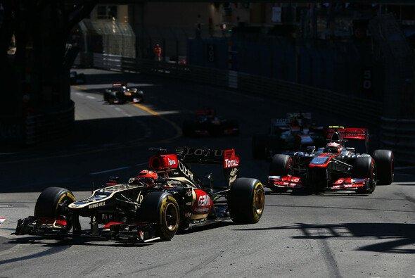 Kimi Räikkönen, hier noch vor dem McLaren von Sergio Perez - Foto: LAT Images