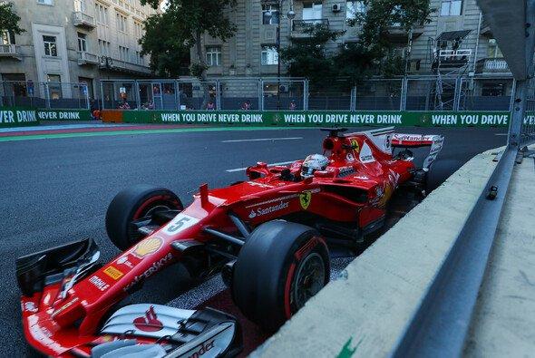 Sebastian Vettel ließ sich 2017 in Baku zu einem Rammstoß gegen Lewis Hamilton hinreißen - Foto: LAT Images