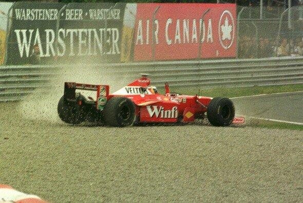 Heinz-Harald Frentzen stocksauer im Kies nachdem ihn Schumacher von der Strecke gedrängt hatte. - Foto: LAT Images