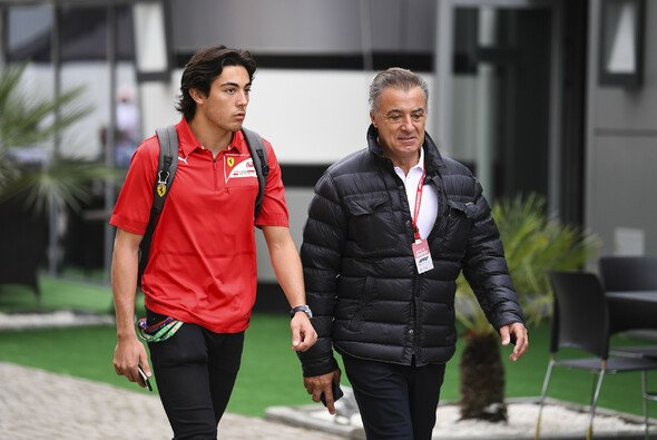 Giuliano Alesi mit Vater Jean im F1-Paddock - Foto: LAT Images