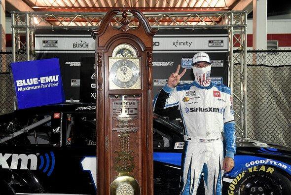 Martin Truex Junior gewinnt die zweite Grandfather Clock in Folge - Foto: NASCAR