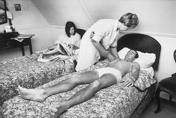Jackie Stewart erholt sich nach seinem Spa-Crash, im Hintergrund Frau Helen - Foto: LAT Images