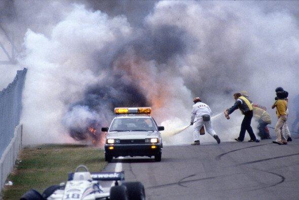 Palettis Wagen steht in Flammen: Zu diesem Zeitpunkt hat Riccardo Paletti bereits keinen Puls mehr - Foto: LAT Images