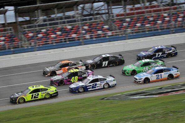 Ryan Blaney führt das Feld an - Foto: NASCAR