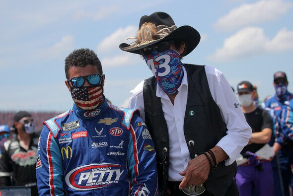 Bubba Wallace und NASCAR-Legende Richard Petty - Foto: NASCAR