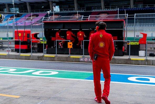 Mattia Binotto steht inzwischen selbst in der Kritik: Kann er Ferrari noch auf den richtigen Weg bringen? - Foto: LAT Images