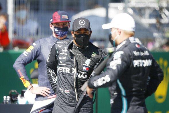 Max Verstappen lauert im Rennen auf seine Chance gegen die Mercedes-Piloten Lewis Hamilton und Valtteri Bottas - Foto: LAT Images