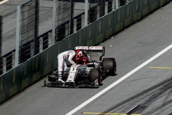Kimi Räikkönen beendete das Rennen mit einem Dreirad - Foto: LAT Images