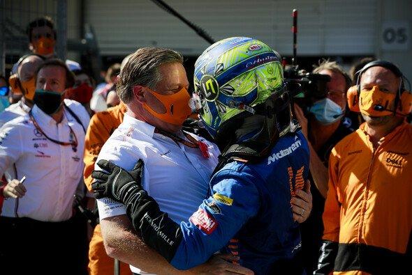 McLaren-Rennchef Zak Brown feiert mit Lando Norris - Foto: LAT Images