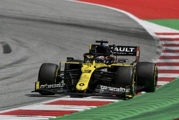 Daniel Ricciardo überstand einen heftigen Unfall im Training unbeschadet - Foto: LAT Images