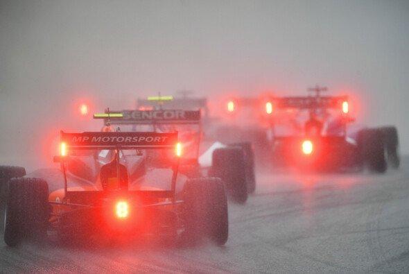 Das Qualifying der Formel 3 fand in Ungarn am späten Freitagabend bei Regen statt - Foto: LAT Images