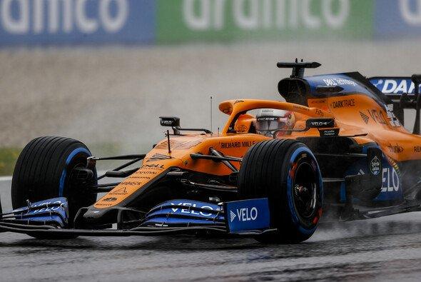 Für Carlos Sainz und McLaren war der Regen am Samstag eine gute Nachricht - Foto: LAT Images