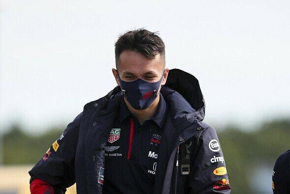 Alex Albon bekommt in Silverstone von Red Bull Hilfe - Foto: LAT Images