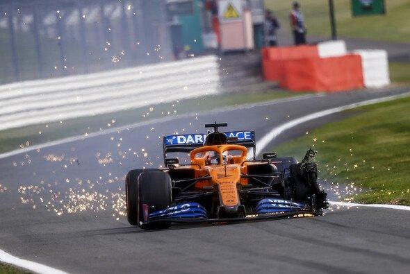 Carlos Sainz' Pirelli-Reifen gab in Silverstone kurz vor dem Rennende auf - Foto: LAT Images