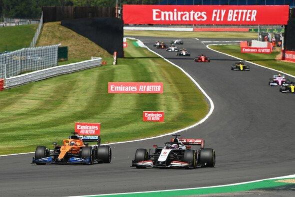 Carlos Sainz gegen Romain Grosjean - das Duell erregte in Silverstone Unmut - Foto: LAT Images
