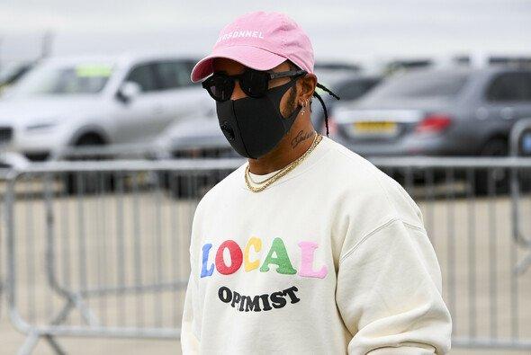 Lewis Hamilton fühlt sich in Zeiten hoher Arbeitslosigkeit unwohl damit, einen Multi-Millionen-Vertrag zu unterschreiben - Foto: LAT Images
