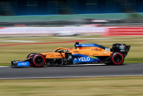 Carlos Sainz' McLaren lief vor dem Qualifying in Silverstone zu heiß - Foto: LAT Images