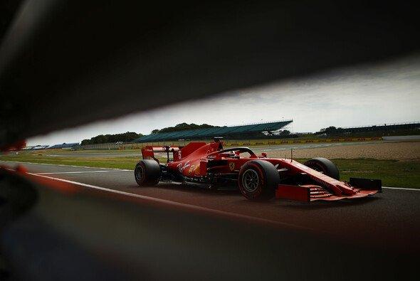 Sebastian Vettel kommt mit seinem Ferrari SF1000 auf keinen grünen Zweig - Foto: LAT Images