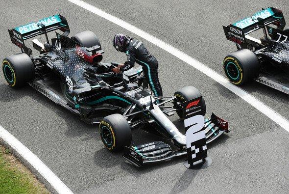 Lewis Hamilton musste sich im Formel-1-Qualifying für den Jubiläums GP in Silverstone Valtteri Bottas geschlagen geben - Foto: LAT Images