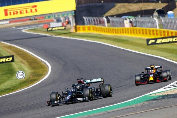 Lewis Hamilton konnte sich nur zu Beginn in Silverstone gegen Max Verstappen wehren - Foto: LAT Images