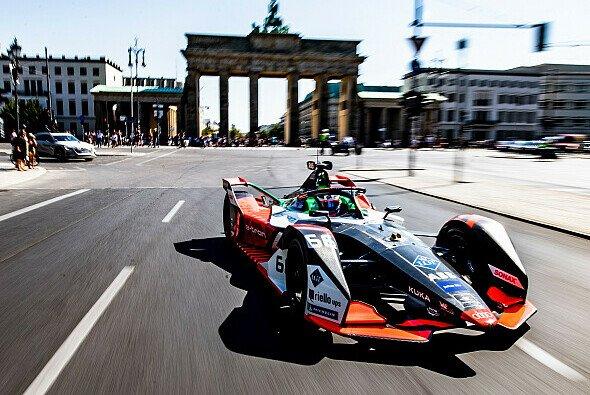 Der Audi e-tron FE06 beim Show Run in der Berliner Innenstadt - Foto: Audi Communications Motorsport