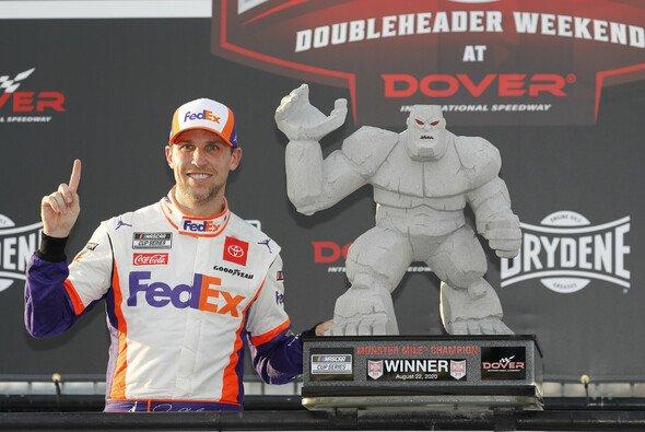 Denny Hamlin gewinnt alle drei Stages in Dover - Foto: LAT Images