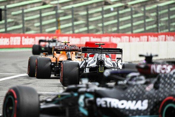 Im Qualifying warten alle Formel-1-Fahrer gerne zusammen - auf Windschatten - Foto: LAT Images