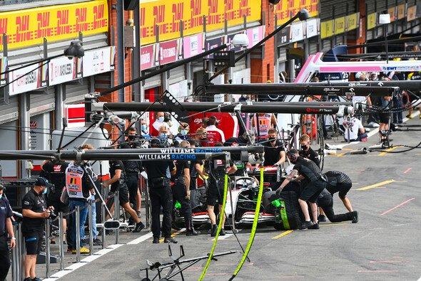 150 Minuten in der Box, 30 Minuten Training: So sah der Freitag bei Haas aus. - Foto: LAT Images