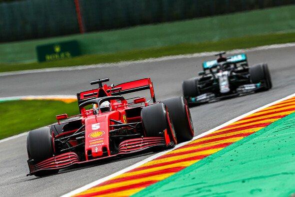 Ein seltenes Bild: Sebastian Vettel vor Lewis Hamilton - Foto: LAT Images