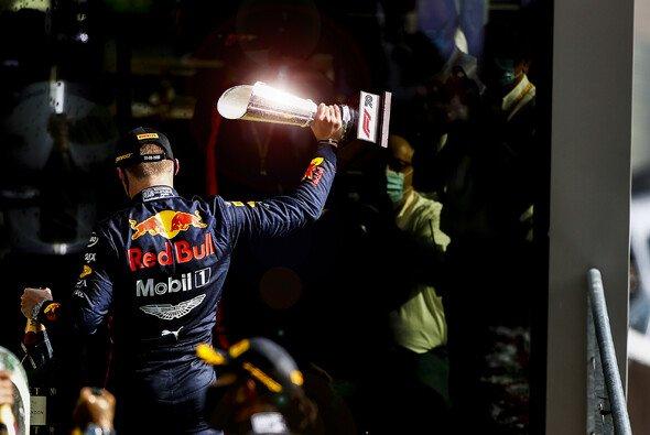 Max Verstappen reist mit Pokal und Langeweile aus Spa ab - Foto: LAT Images