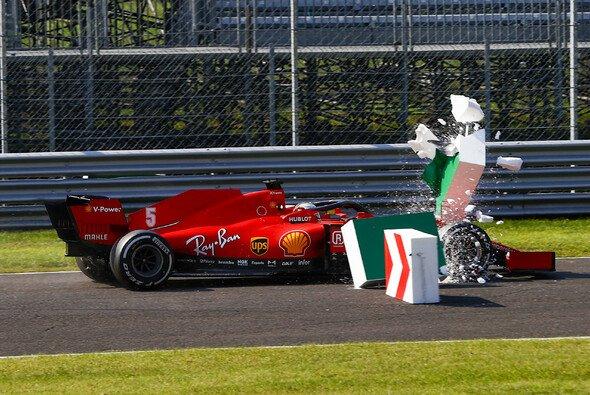 Sebastian Vettel senste nach einem Bremsdefekt die Styroporblöcke der ersten Schikane um - Foto: LAT Images