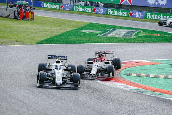 Nicholas Latifi biss sich gegen Kimi Räikkönen durch - Foto: LAT Images