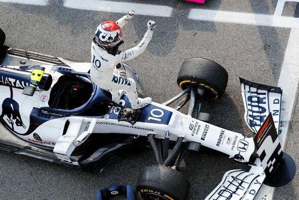 Pierre Gasly feiert nach seinem Sieg in Monza - Foto: LAT Images