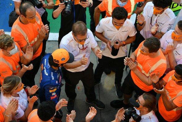 Carlos Sainz, Andreas Seidl, Lando Norris und das McLaren-Team feierten nach Monza - Foto: LAT Images