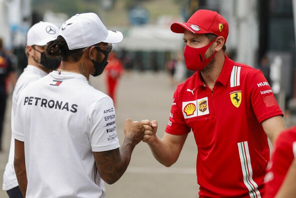 Lewis Hamilton gratuliert Sebastian Vettel zum Wechsel zu Aston Martin - Foto: LAT Images