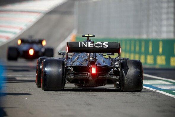 Wieder einmal hat Valtteri Bottas das Nachsehen im Kampf gegen Lewis Hamilton - Foto: LAT Images