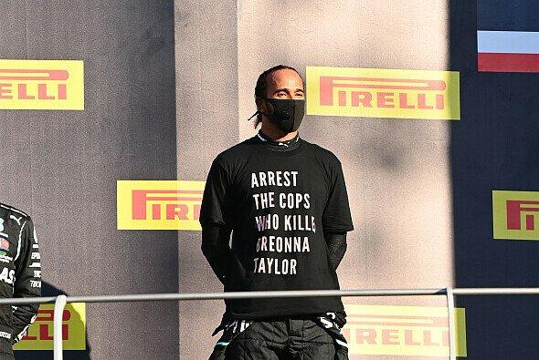 Lewis Hamiltons T-Shirt sorgte nach dem Mugello-Podium kurz für FIA-Fragen - Foto: LAT Images