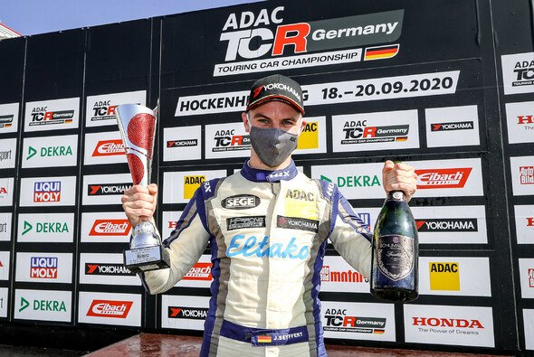 Jan Seyffert jubelt: - Foto: ADAC TCR Germany