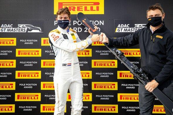 Steijn Schothorst mit der Trophäe für die Pole Position - Foto: ADAC GT Masters
