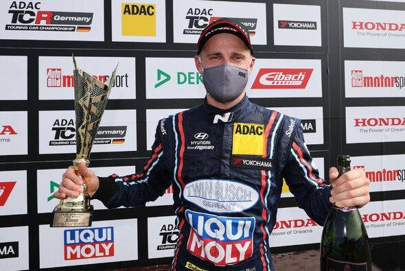 Antti Buri jubelt über den ersten Saisonsieg: - Foto: ADAC TCR Germany
